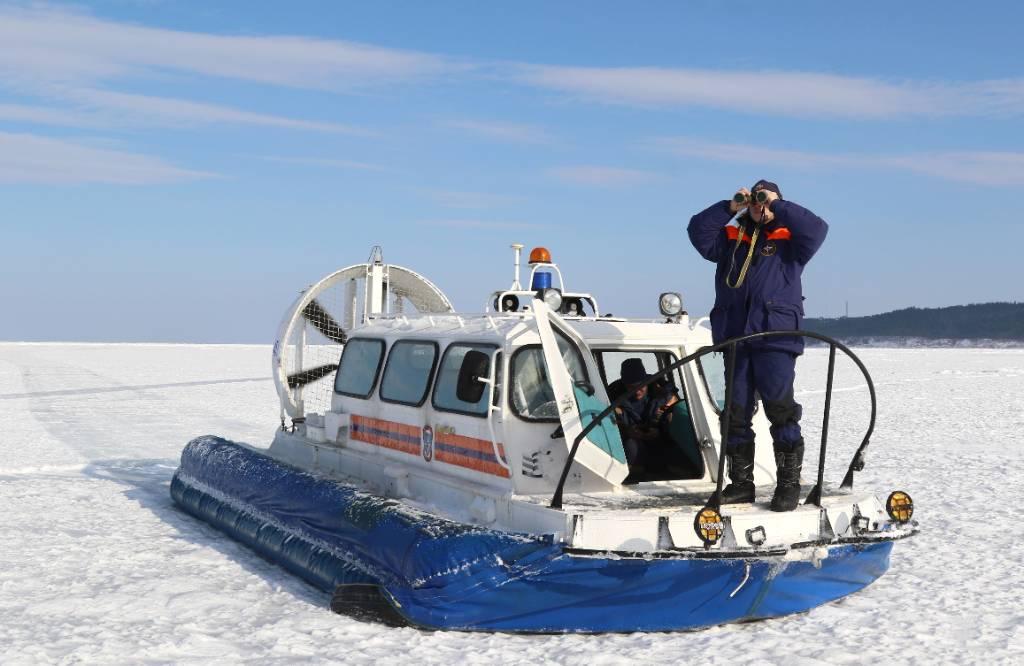 На Сахалине спасатели эвакуируют 26 рыбаков с потрескавшейся льдины