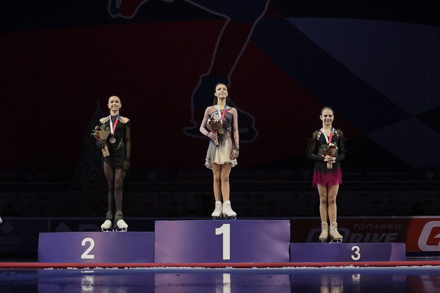 Валиева, Щербакова и Трусова (слева направо) — призёрки чемпионата России 2021 года. Фото © ТАСС / Сергей Бобылев