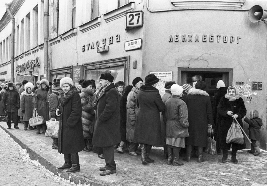 Очереди в булочную в Санкт-Петербурге, 1992 год. Фото © ТАСС / И. Куртова и В. Чумакова