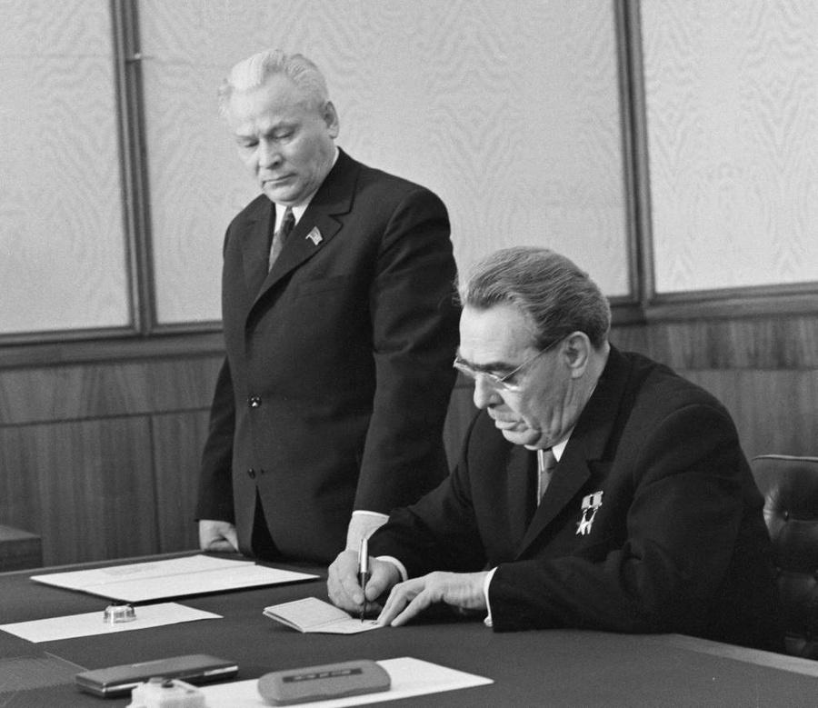 Константин Черненко и Леонид Брежнев. Фото © ТАСС / Владимир Мусаэльян