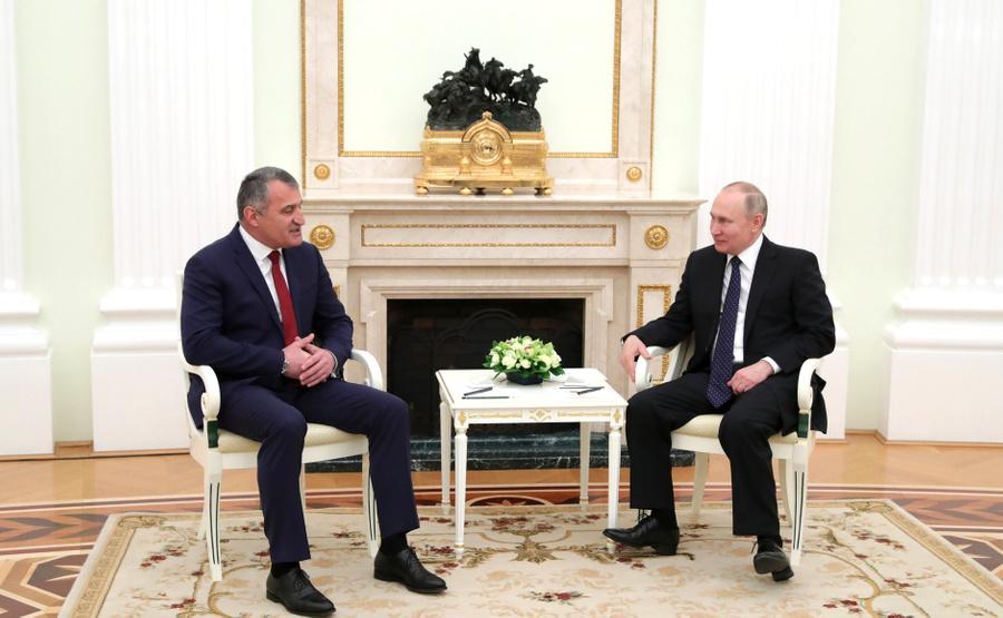 <p>Президент РФ Владимир Путин и президент Южной Осетии Анатолий Бибилов. Фото © Kremlin</p>
