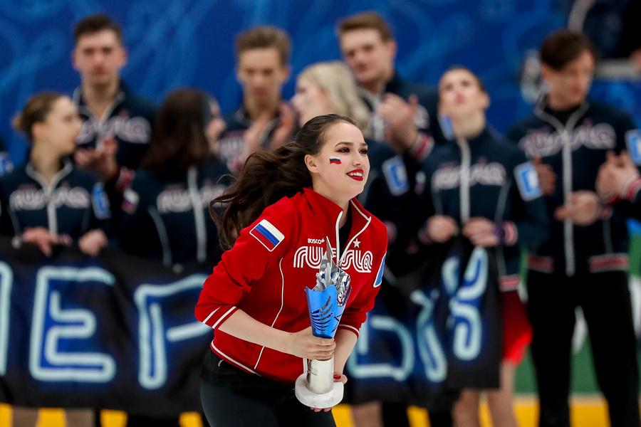 <p>Загитова с Кубком Первого канала на фоне команды Медведевой. Фото © ТАСС / Сергей Савостьянов</p>