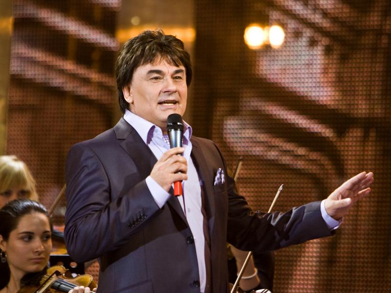 Попавший в реанимацию с ковидом певец Серов находится в сознании