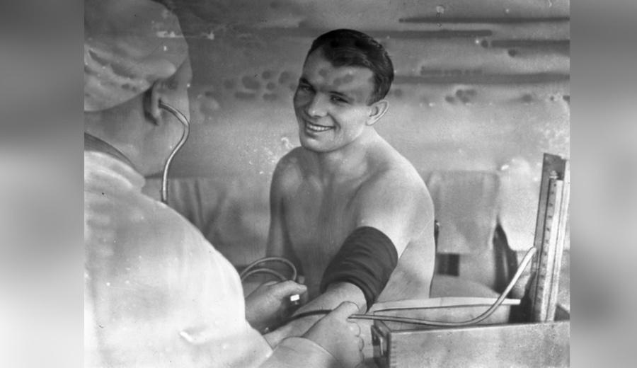 <p>Юрий Гагарин у врача после полёта в космос. Фото © ТАСС / Archive 1961 года</p>