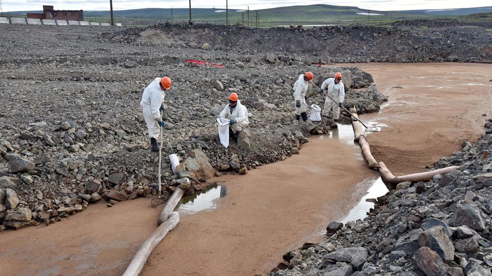 Сбор нефтепродуктов с грунтовых вод с помощью сорбента на ТЭЦ-3. Фото ©ТАСС / Кожевников Денис