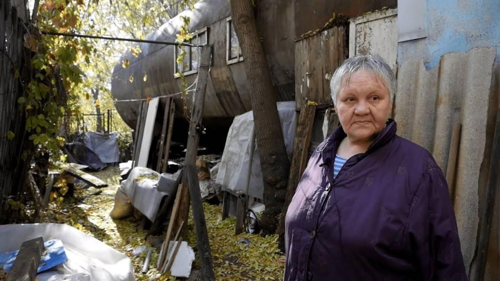 Омская пенсионерка отказалась переезжать из бочки, в которой живёт 35 лет