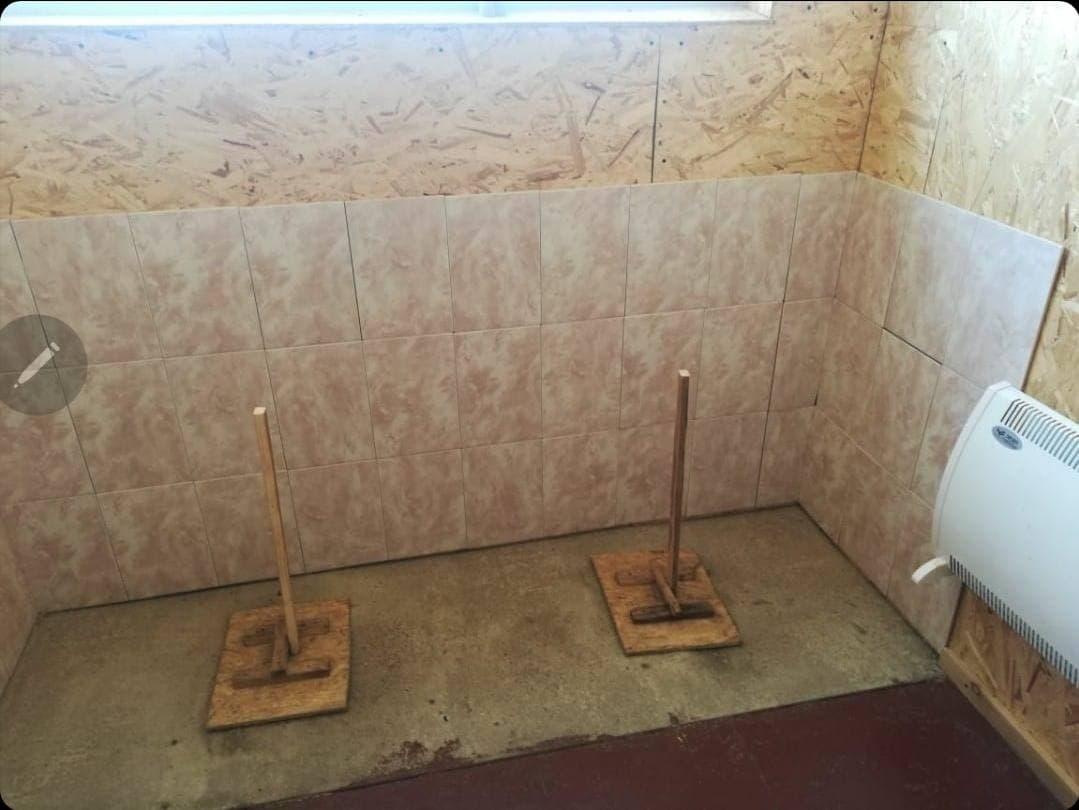 Туалет, прикрытый деревянными крышками. Фото ©LIFE