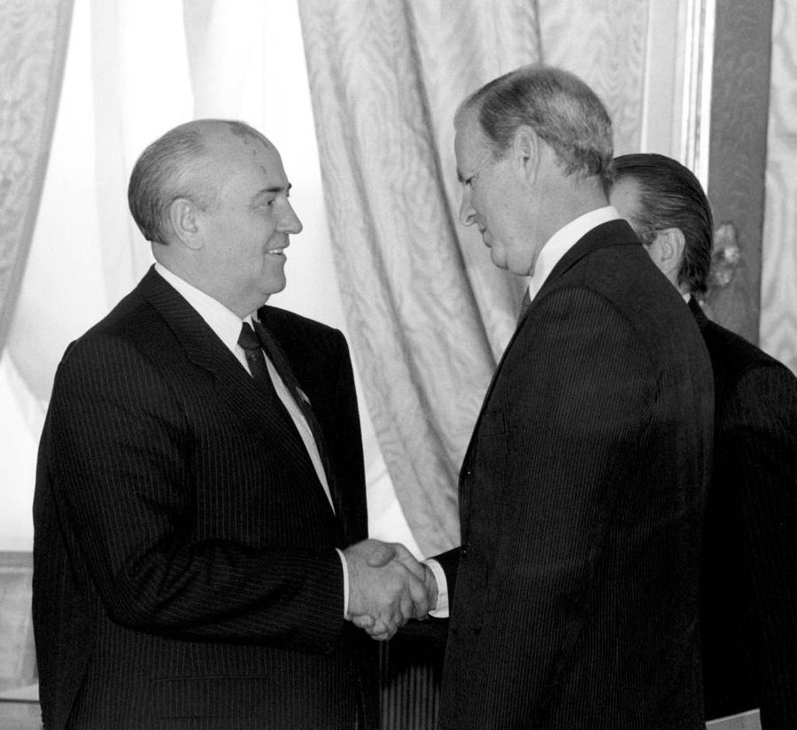 Встреча президента СССР Михаила Горбачёва с госсекретарём США Джеймсом Бейкером в Кремле. Фото © ТАСС / Юрий Лизунов и Эдуард Песов