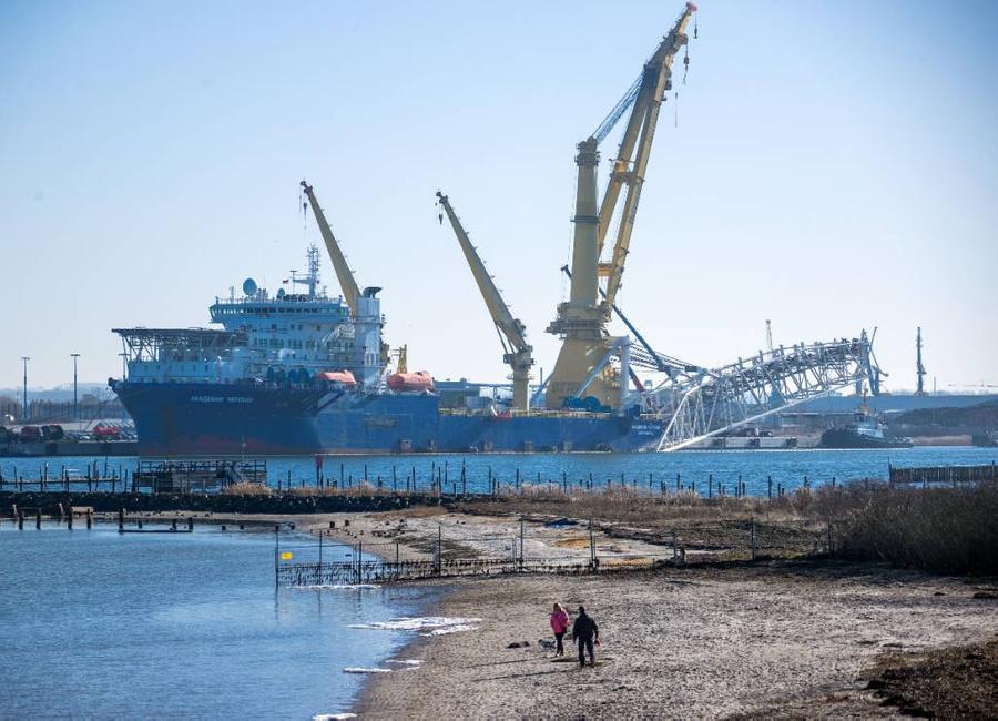 """<p>Российское судно-трубоукладчик """"Академик Черский"""" в германском порту Висмар. Фото © DPA / ТАСС</p>"""