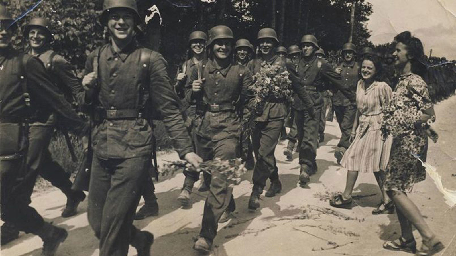 Латышские легионеры Waffen-SS идут убивать русских. Фото © rubaltic.ru