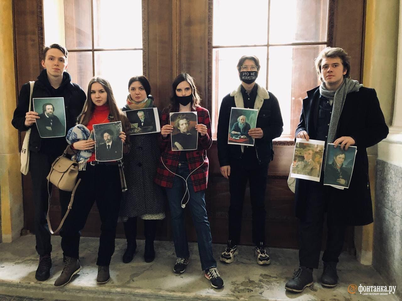 """Студенты Академии художеств выразили протест выставке Васильевой. Фото © """"Фонтанка"""""""