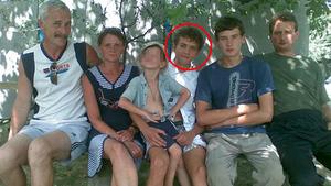 Андрей Комиссаренко (в детстве с родственниками) в родном селе.  Фото © ok.ru