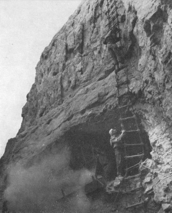 Археологи спускаются к Пещере ужаса, 1961 год. Фото © Israel Exploration Journal