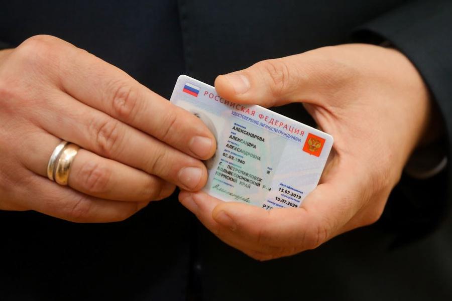 <p>Прототип электронного паспорта, 2019 год. Фото © ТАСС / Екатерина Штукина / POOL</p>