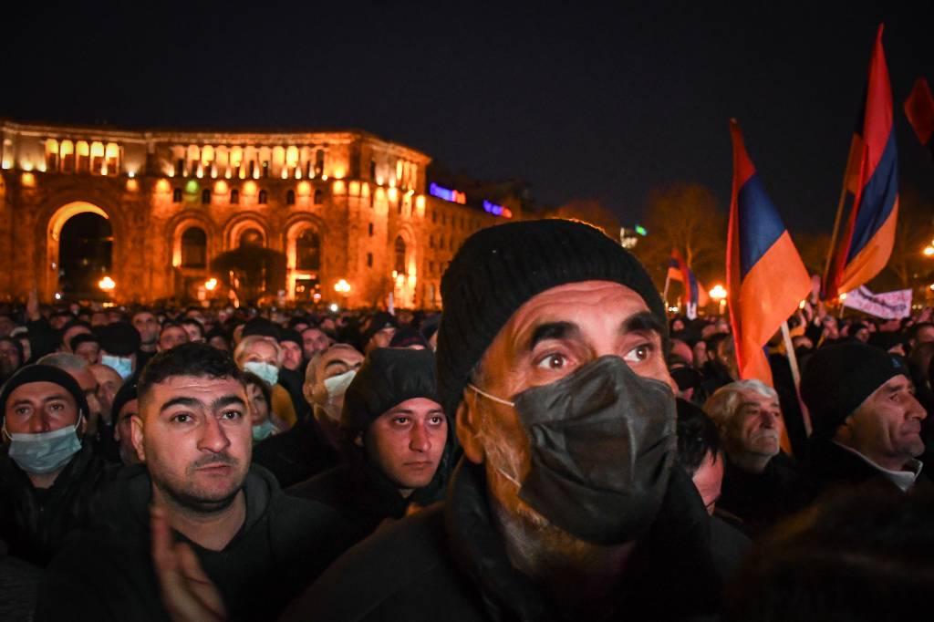 Суд по румынскому сценарию или досрочные выборы: чем закончится политический кризис в Ереване