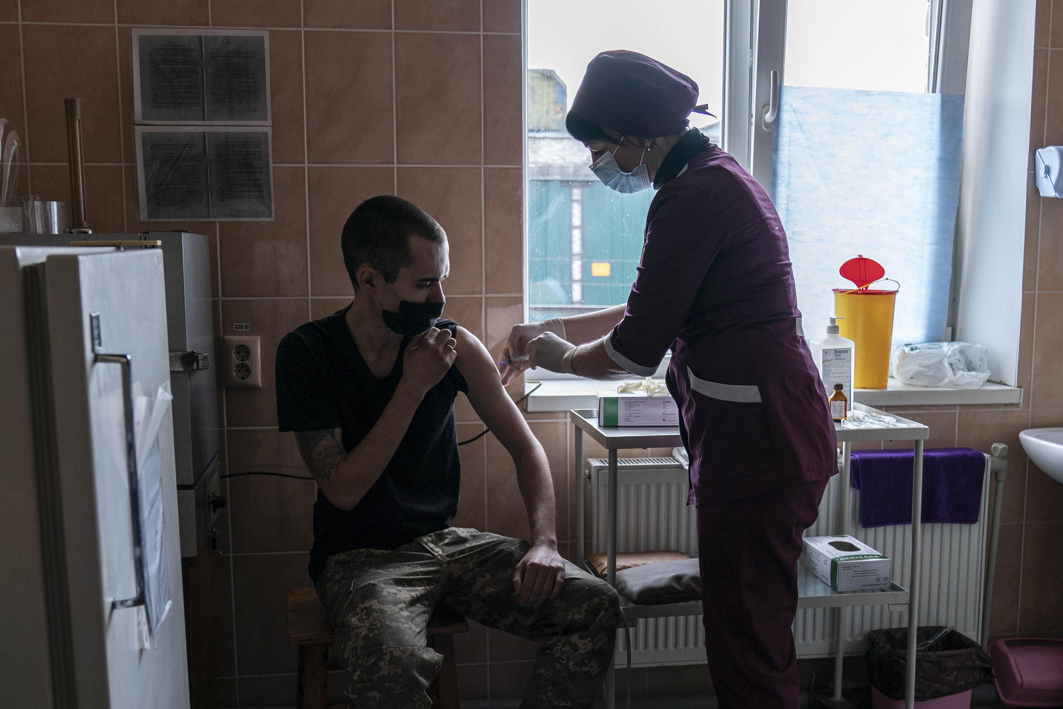 Депутат от партии Порошенко заявил, что на вакцинацию всех украинцев уйдёт 200 лет