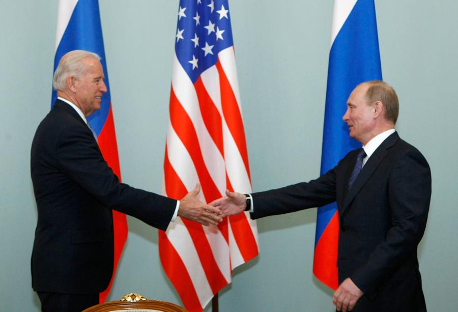 <p>Президент РФ Владимир Путин и президент США Джо Байден. Фото © ТАСС / AP Photo / Alexander Zemlianichenko</p>