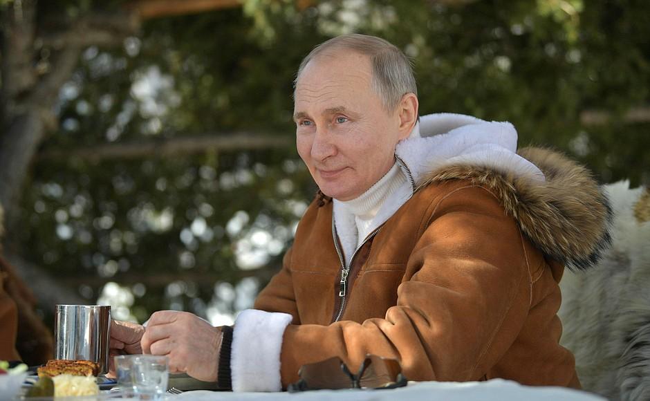 И тут появился сердитый Джо на инвалидном скутере: Британцы оценили фото с отдыха Путина в тайге