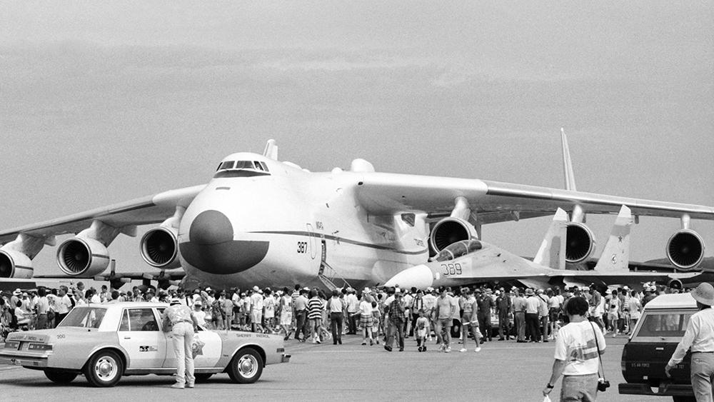 """Оклахома-сити. 18 июля 1990 г. Флагманский воздушный корабль отечественной авиации Ан-225 """"Мрия"""" и боевой самолёт Су-27 (справа) в советском разделе экспозиции. Фото © ТАСС / Яцина Владимир"""