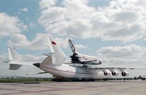 """Грузовой самолёт Ан-225 """"Мрия"""", несущий на верхней подвеске многоразовый космический корабль """"Буран"""" на испытательном аэродроме в Подмосковье. Фото © ТАСС / Яцина Владимир"""