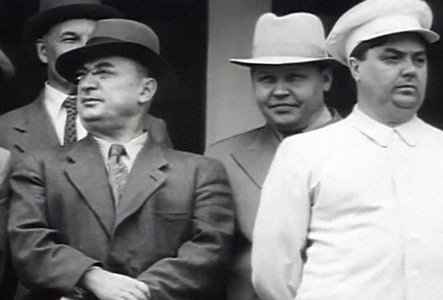 Л. Берия и Г. Маленков (в первом ряду слева направо), Н. Вознесенский (во втором ряду). Скриншот © 1tv.ru