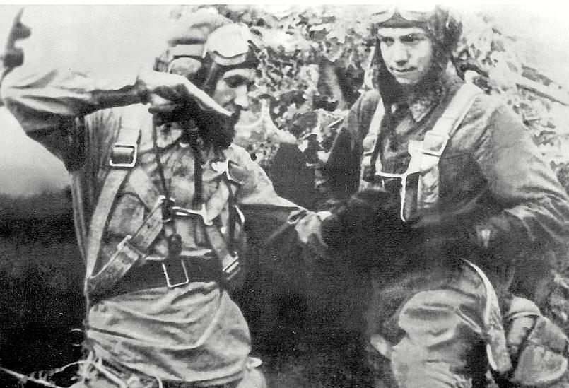 Капитан Варчук (слева) делится боевым опытом со старшиной Ларкиным. Фото © Советские лётчики-асы. Герои воздушных войн 1936–1953 гг.