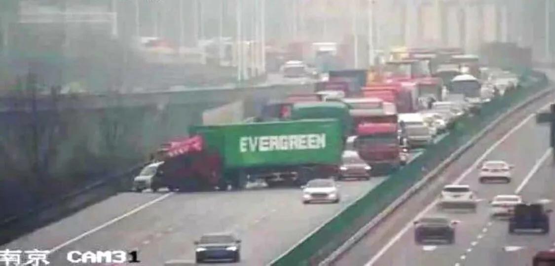 Проделки инопланетян: в Китае фура с контейнером Evergreen повторила ЧП с судном-гигантом в Суэцком канале