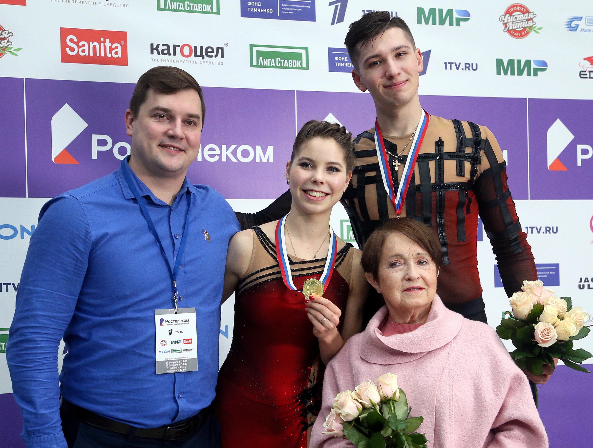 Тренеры Артур Минчук (слева) и Тамара Москвина (справа) с Анастасией Мишиной и Александром Галлямовым. Фото © Гавриил Григоров