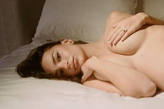 Беременная Ратаковски позировала полностью голой, но даже преданные фанаты не смогли на это смотреть
