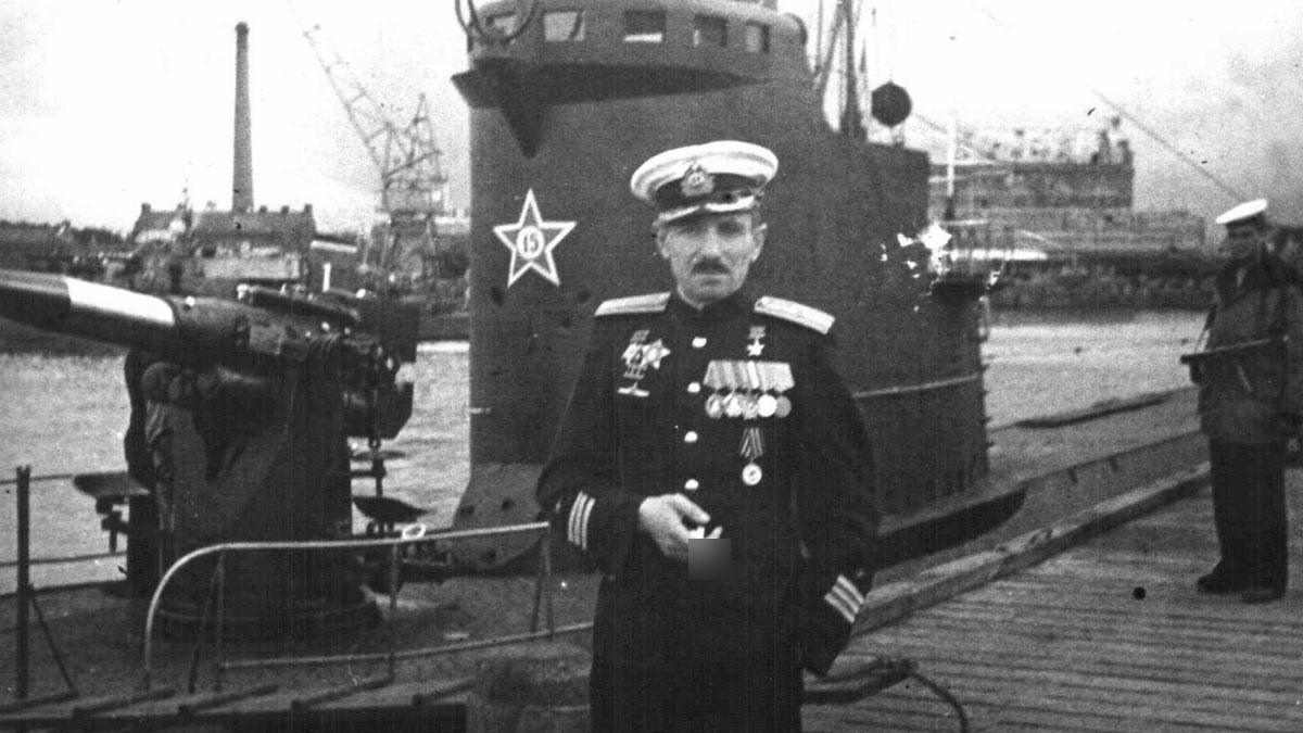 Командир Л-3 Герой Советского Союза В.К. Коновалов у своего корабля. Лето 1945 г. Фото © sovboat.ru
