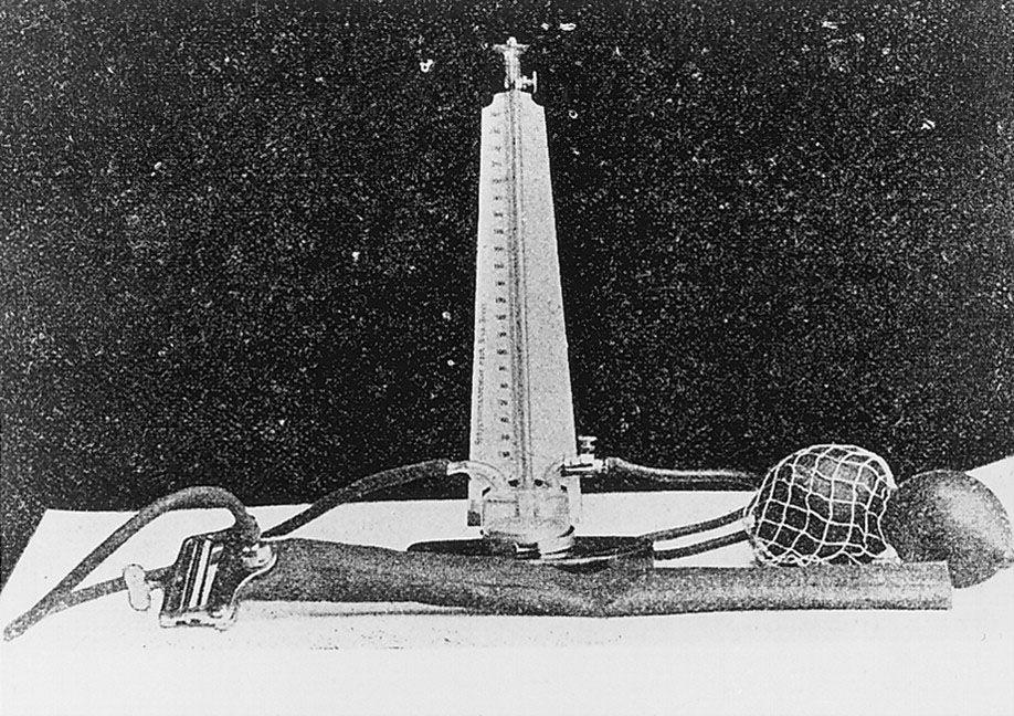Ртутный тонометр Рива-Роччи, который использовался на рубеже XIX–XX веков. Фото © Wikimedia Commons / Korotkoff NS