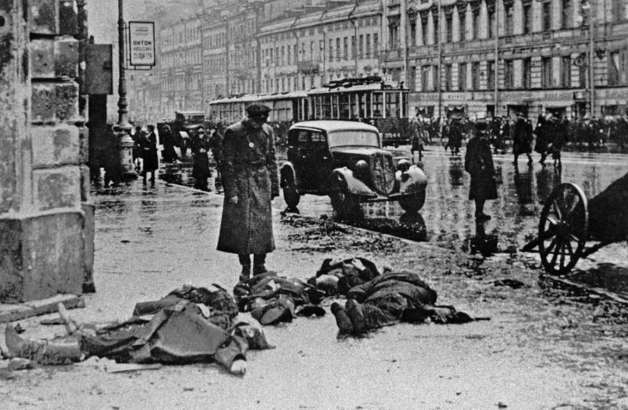Ленинград в блокаде. После обстрела города немецкой артиллерией. Фото © ТАСС
