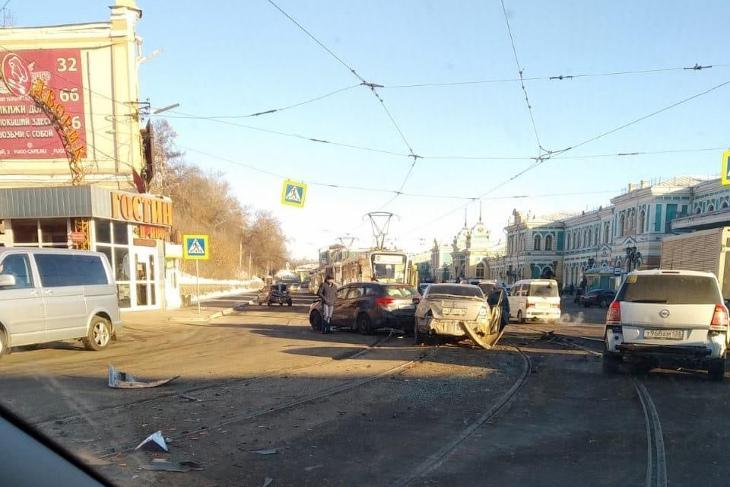 В Иркутске трамвай с отказавшими тормозами протаранил несколько машин