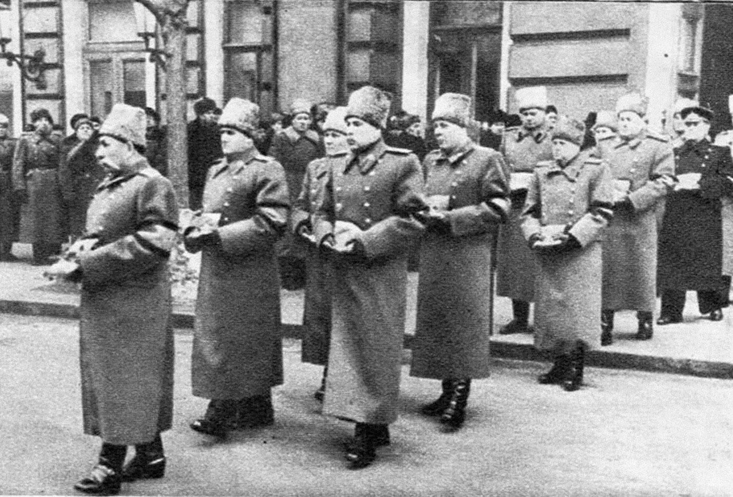 """Маршалы Советского Союза, генералы несут ордена и медали Сталина. Фото © Журнал """"Огонёк"""" № 11 (1344) от 15 марта 1953 года/ little-histories.org"""