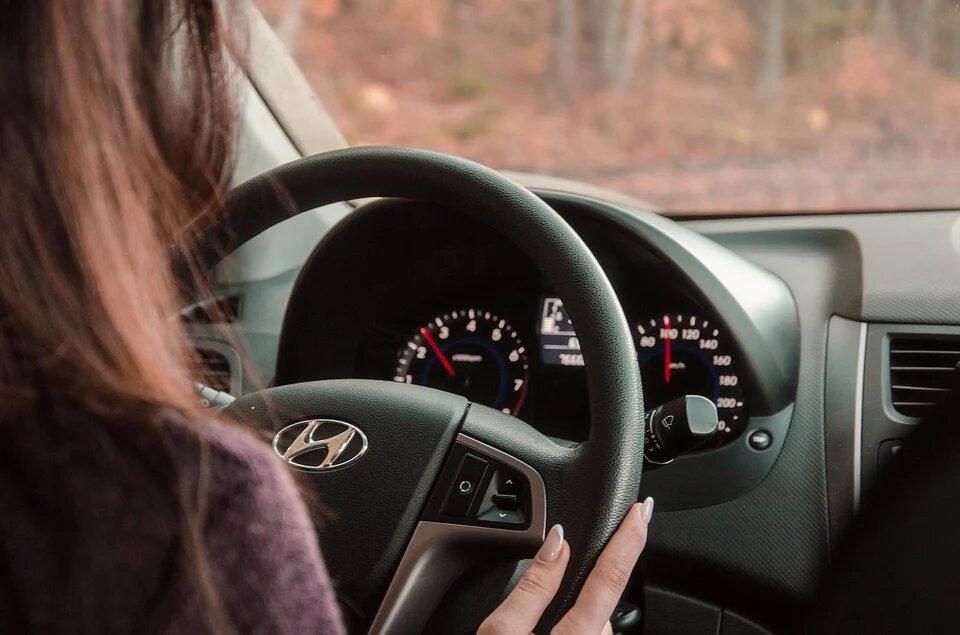 Водят аккуратно, но плохо ориентируются: россияне раскрыли, как на самом деле относятся к женщинам-водителям
