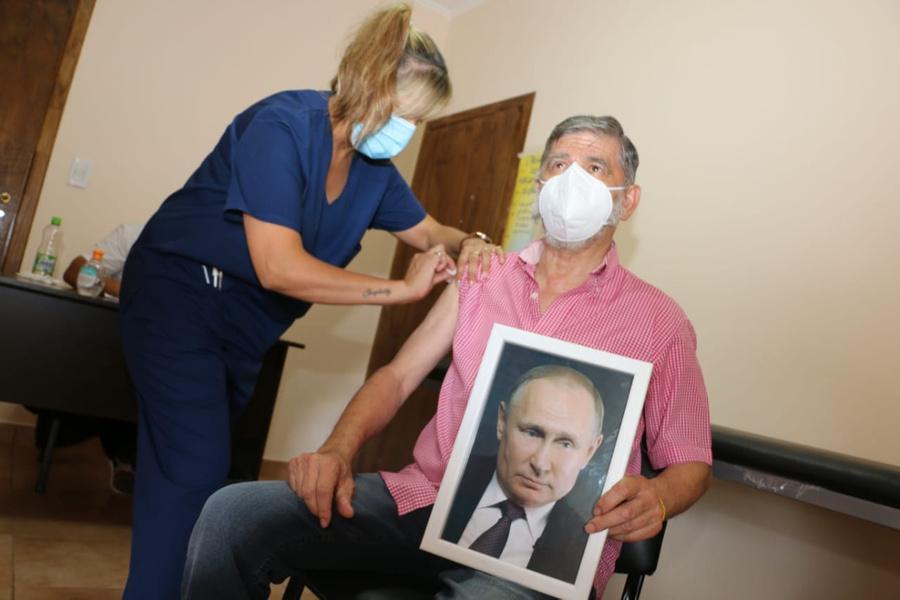 Мэр аргентинского города объяснил, почему прививался от ковида с портретом Путина в руках