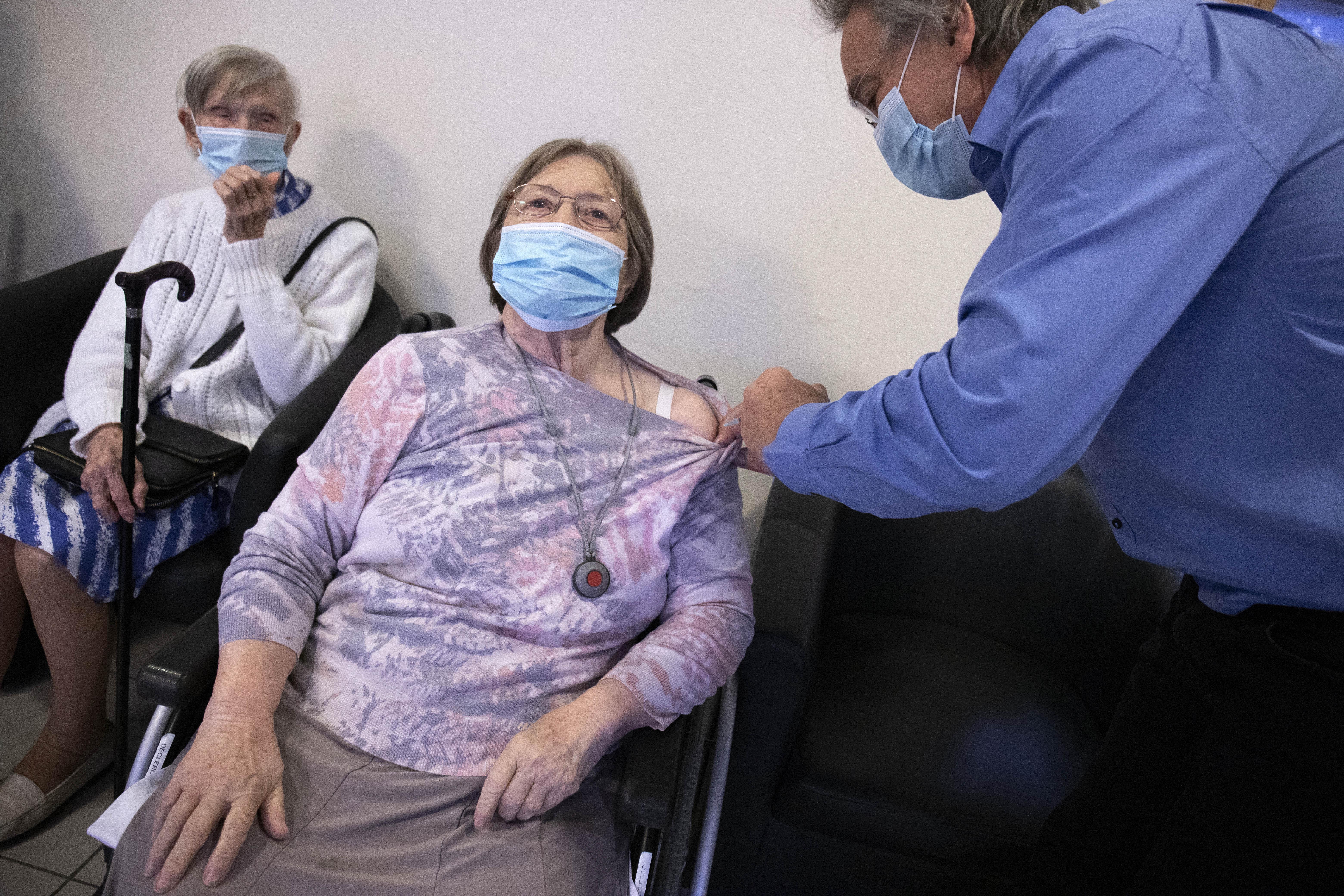 """Bloomberg: ЕС может потерять 100 миллиардов евро из-за """"вялой"""" вакцинации от коронавируса"""