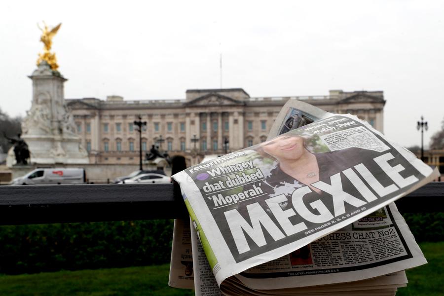 <p>Первые полосы британских СМИ после интервью принца Гарри и Меган Маркл телеведущей Опре Уинфри. Фото © ТАСС / AP</p>