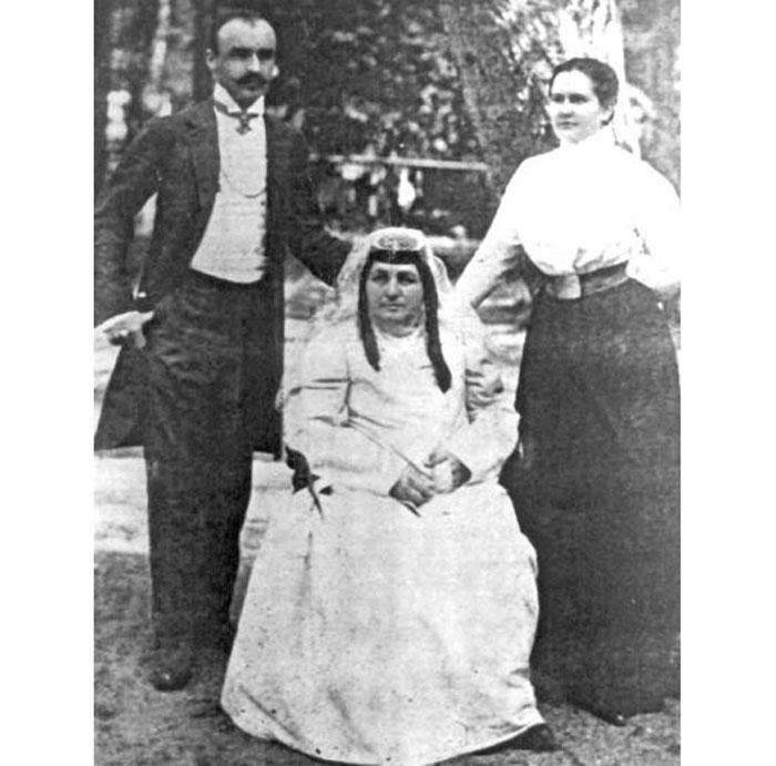 Бекаури В.И. с мамой (в центре) и женой. Фото © ALLMINES.NET