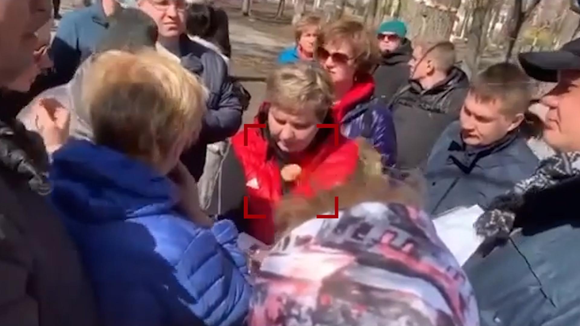 """""""Кошмар вообще"""": В мэра подмосковного города кинули яйцо на встрече с жителями"""
