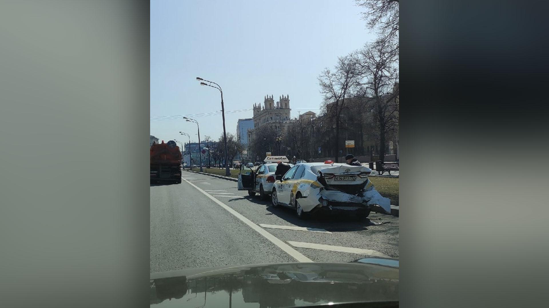 Три автомобиля столкнулись на Кутузовском проспекте в Москве: перекрыты четыре полосы  видео