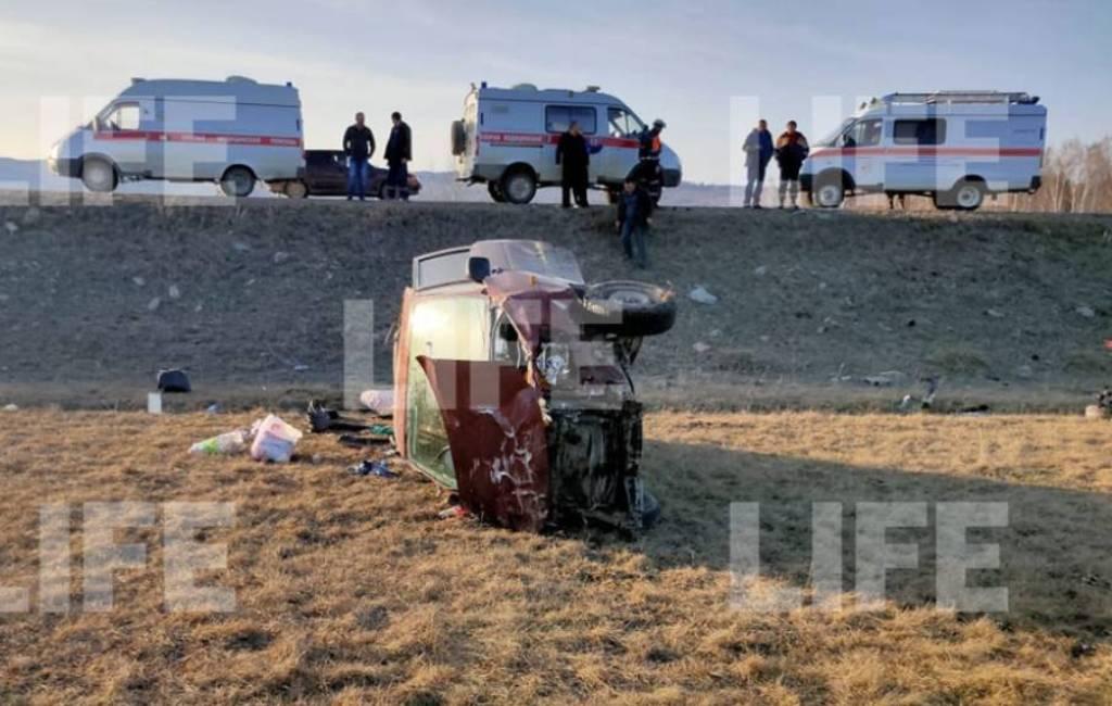 """""""Закрутило и выкинуло на обочину"""": Один человек погиб и шестеро пострадали в ДТП с микроавтобусом в Башкирии"""