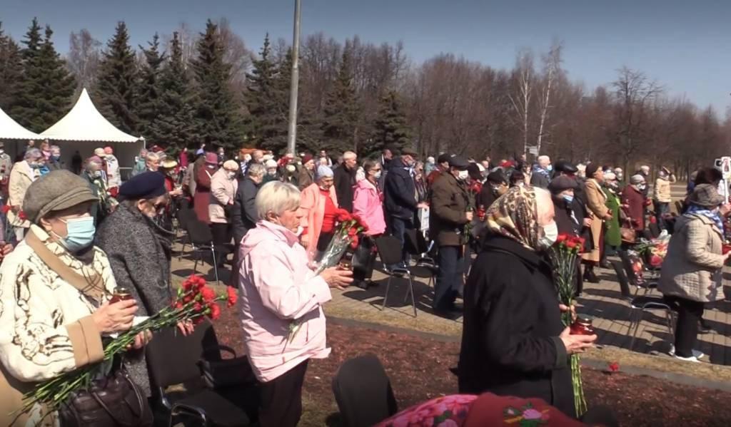 """""""Закидали в машину, повезли в крематорий"""": В Москве почтили память узников нацистских концлагерей — видео"""