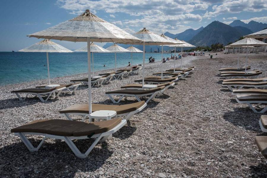 <p>Пляж в турецкой Анталье. Фото © Zuma / ТАСС</p>
