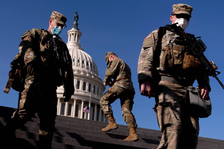 <p>Американские военные, охраняющие Капитолий. Фото © AP / ТАСС</p>
