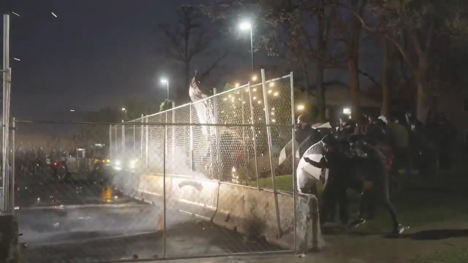 Вандализм и стычки с полицией: в Миннесоте второй день продолжаются беспорядки после убийства темнокожего  видео
