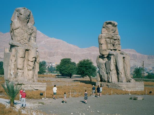 Колоссы Мемнона при входе в поминальный храм Аменхотепа III Фото © wikipedia