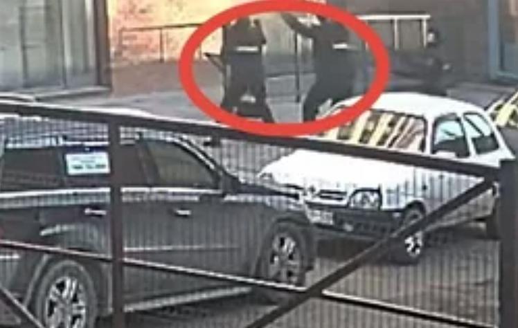 Сбежала от насильников через окно: в Барнауле полицейские поймали выпрыгнувшую с 3-го этажа девушку  видео