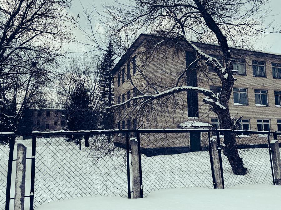 Заброшенное здание воинской части. Фото © LIFE