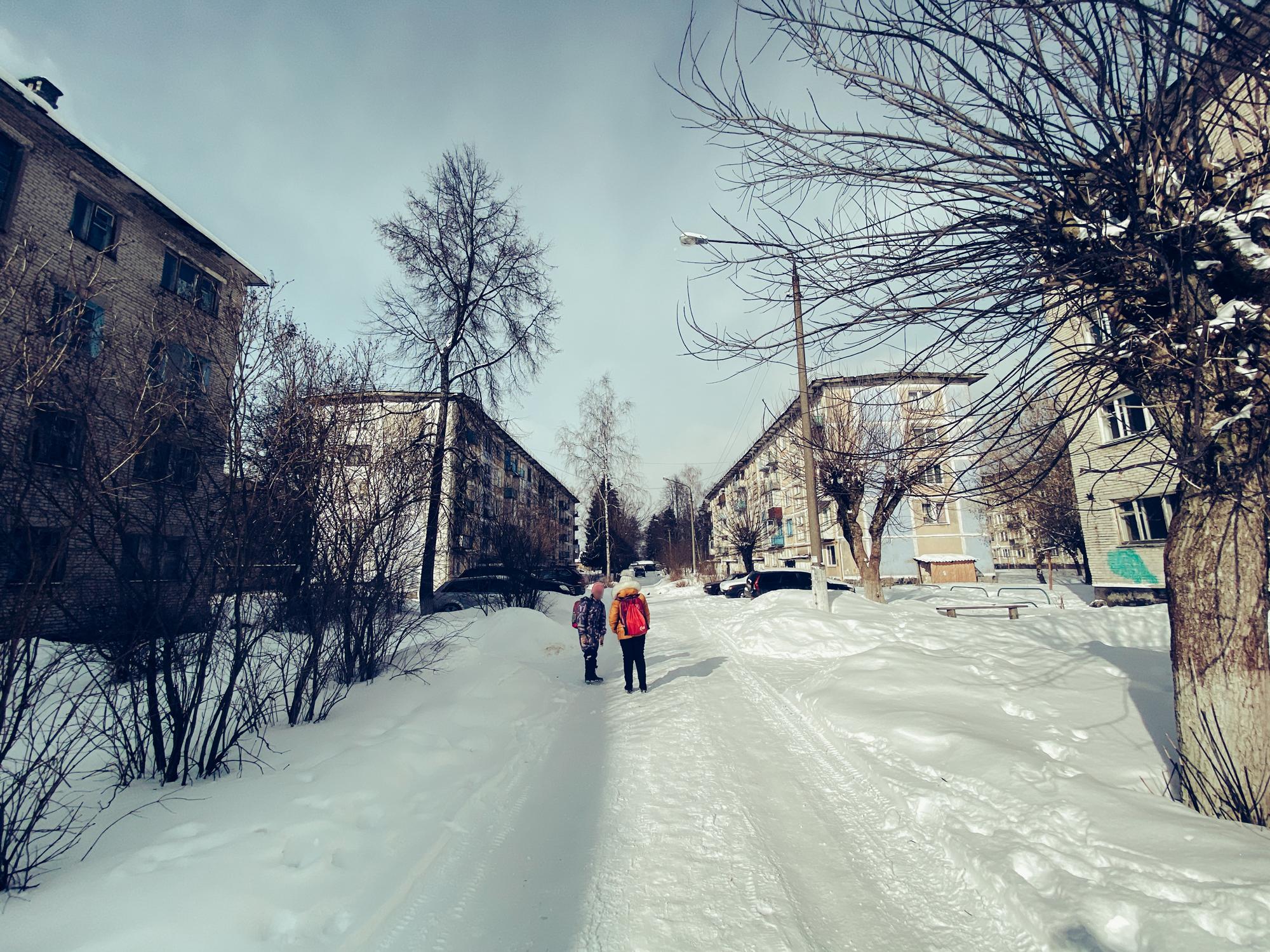 Одна из улиц городка. Дети идут со школы домой. Фото © LIFE